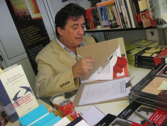 Luis Landero en pleno trabajo.